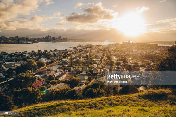 auckland cityscape view from devonport a harbourside suburb of auckland, new zealand at sunset. - auckland - fotografias e filmes do acervo