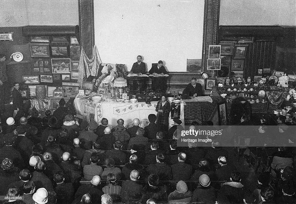 Auction of porcelain and Crown jewels of the Tsar in Moscow, 1927. Artist: Anonymous : News Photo