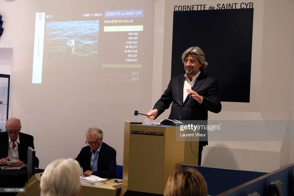 fc900caeaf7 Auctioner Arnaud Cornette de Saint Cyr attend  Enfant a Coeur ...