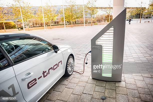 Audi A1 e-tron mit Ladestation