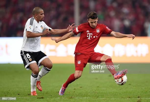 FUSSBALL 1 BUNDESLIGA SAISON 2015/2016 Audi Football Summit Beijing FC Bayern Muenchen 41 FC Valencia Phillipp Steinhart gegen Sofiane Feghouli