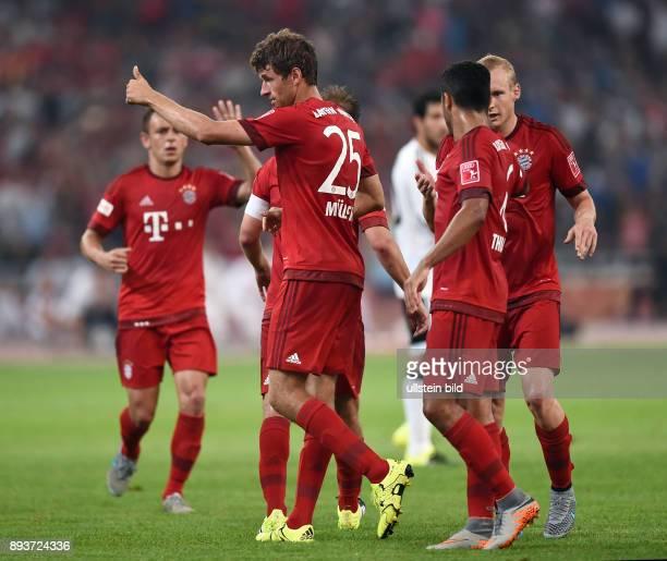 FUSSBALL 1 BUNDESLIGA SAISON 2015/2016 Audi Football Summit Beijing FC Bayern Muenchen FC Valencia Bayern Muenchen Daumen hoch zweifacher...