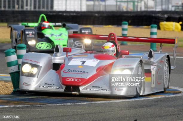 L'Audi n·1 pilotée par l'Italien Emanuele Pirro le Danois Tom Kristensen et l'Allemand Franck Biela négocie un virage le 15 juin 2002 sur le circuit...