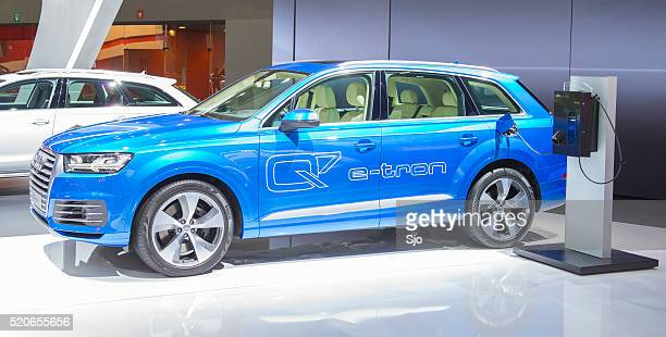 audi q7 e-tron plug-in hybrid suv - audi car stock photos and pictures