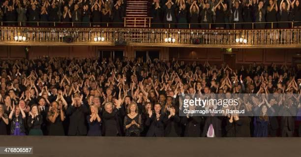 観客に拍手喝采のシアター