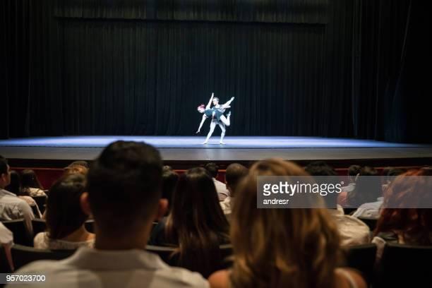 public dans un théâtre, assister à un spectacle de ballet - theatrical performance photos et images de collection