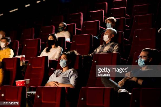 pubblico al cinema durante la pandemia di covid-19 - industria cinematografica foto e immagini stock