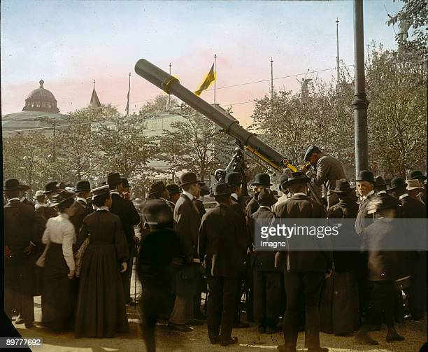 Audience at the telescope in the Viennese Wurstelprater Vienna Photograph probably by Emil Mayer Handcolored lantern slide Around 19051910