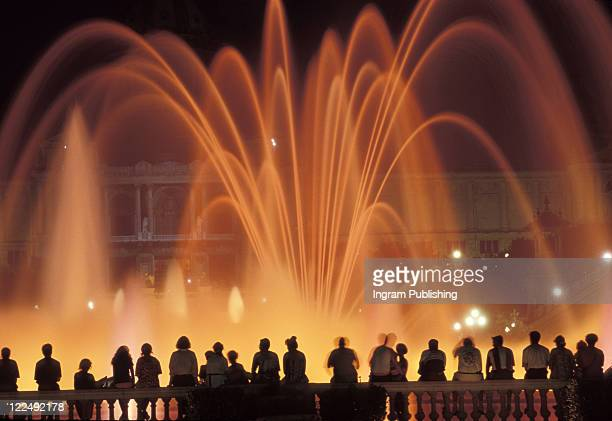 audience at vegas fountain show - fountain stock pictures, royalty-free photos & images