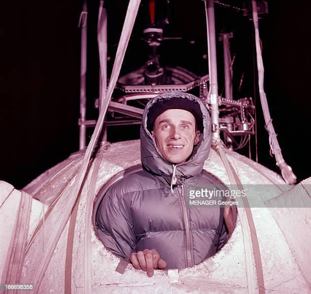 Audouin Charles Dollfus En France à Villacoublay le 22 Avril 1959 l'astronome Audouin Charles DOLLFULLS en parka avec une capuche posant à...