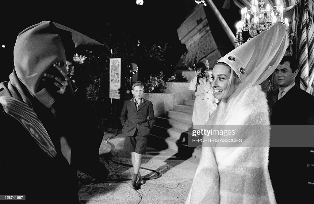 Audrey Hepburn and Tony Curtis during the shooting of movie 'Paris when it sizzles' directed by Richard Quine, 1963 in Paris, France.