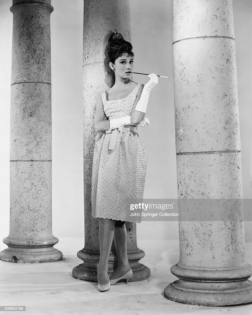 Audrey Hepburn Smoking Alongside Columns : Foto di attualità