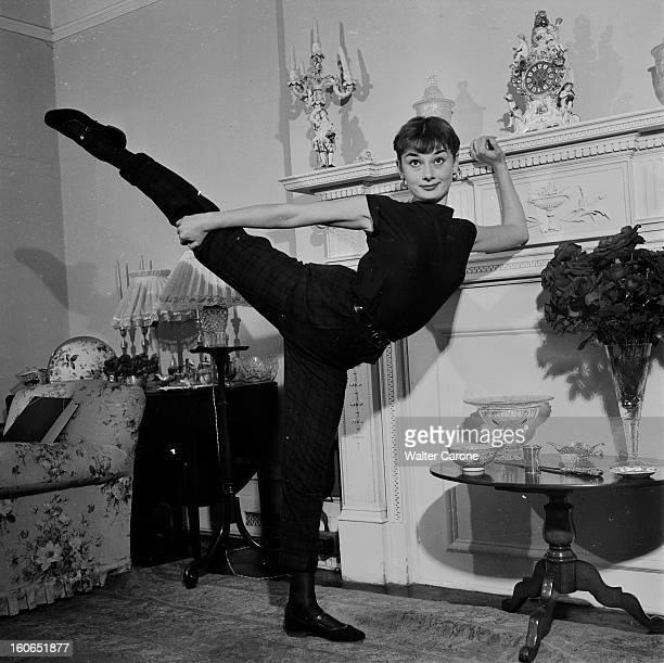 Audrey Hepburn At Home In London. Londres, septembre 1951 : rencontre avec l'actrice britannique Audrey HEPBURN, 22 ans, dans son appartement de...