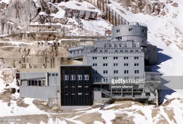 Außenansicht des unterhalb des Gipfels der Zugspitze bei Garmisch- Partenkirchen gelegenen Schneefernerhauses, aufgenommen am . Der vor einigen...