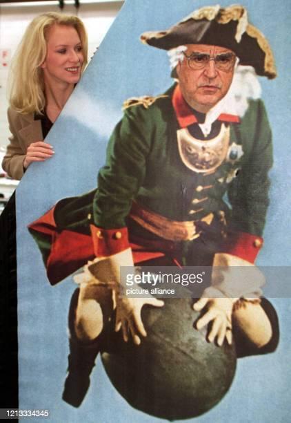 Auf Bundeskanzler Helmut Kohl, der auf einem Kunstwerk von Klaus Staeck als Baron Münchhausen auf einer Kanonenkugel reitet, schaut Model Claudia am...