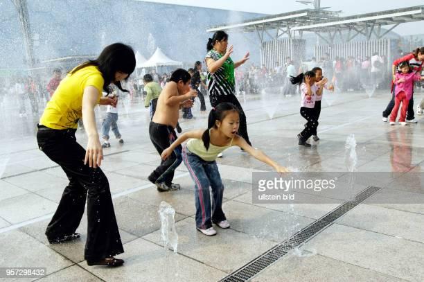 Auf dem Olympiagelände 'Olympic Green' im Norden von Peking sorgt ein Wasserspiel für Überraschungen aufgenommen im Oktober 2008 Völlig spontan...