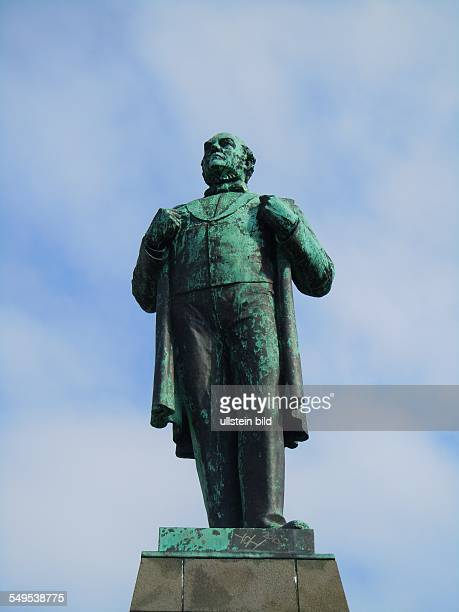 Auf dem Platz vor dem Parlamentsgebäude Althing steht auf einem Steinsockel die lebensgroße Plastik von Jon Sigurdsson der maßgeblich an der...