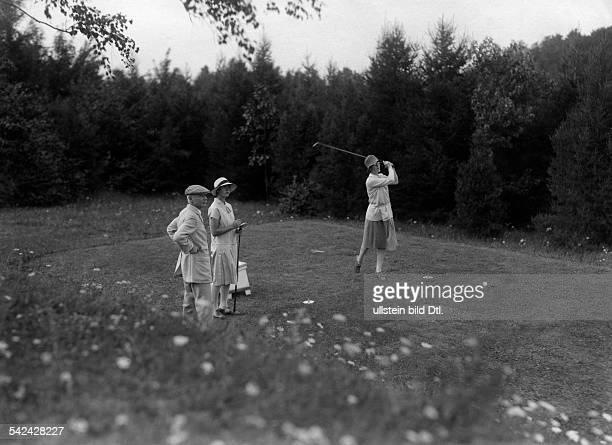auf dem Salzbrunner Golfplatz FrauSellschopp und Frl Weyhausen 1927