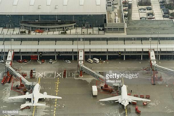 Auf dem Vorfeld des Hamburger Flughafens in Fuhlsbüttel stehen Maschinen verschiedener Flugesellschaften mit Fluggastbrücken Hamburg Airport Rollfeld...