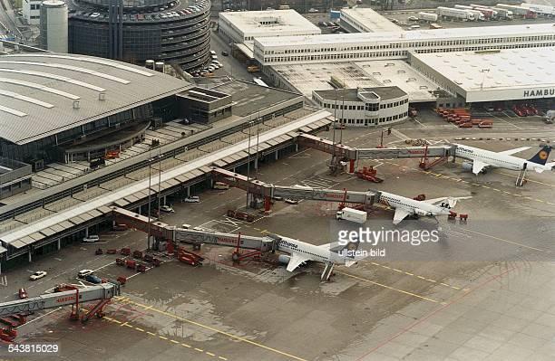 Auf dem Vorfeld vor dem Terminal 4 des Hamburger Flughafens in Fuhlsbüttel stehen Flugzeuge verschiedener Fluggesellschaften mit Fluggastbrücken...