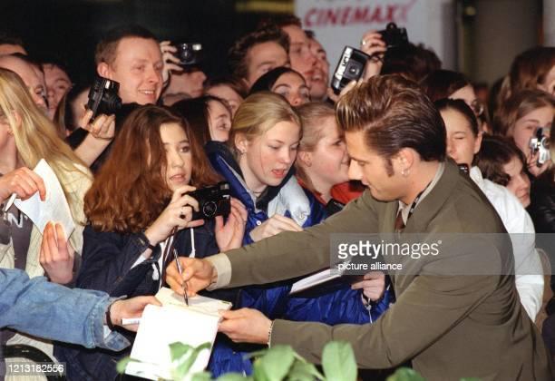 """Auf dem Weg in das Hamburger CCH zur """"Echo""""-Verleihung gibt der smarte Newcomer Sasha am 4.3.1999 Autogramme an wartende Fans. Der wichtigste..."""