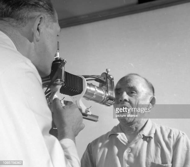 Auf der Ausstellung Lehre und Forschung wird der Rachenraum eines Patienten fotografiert Ort unbekannt undatiertes Foto von 1960 Bildautor unbekannt...