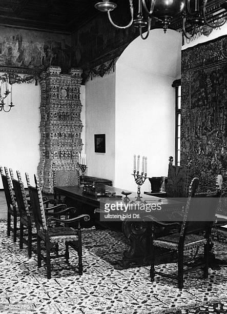 Auf der Burg von Krakau : Derhistorische Gesandtensaal, das grosseArbeitszimmer des Generalgouverneurs. DerTisch, eine florentinische Arbeit,...