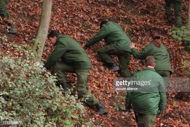 Auf der Suche nach dem Versteck des entführten Millionärs Jakub Fiszman durchkämmt die Polizei am ein schwer zugängliches Waldgebiet an der B 54 im...