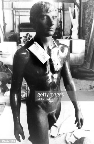 Auf der X Kunstausstellung der DDR in Dresden ist unter anderem die Bronzefigur 'Schreitender' des ostdeutschen Bildhauers Wilfried Fitzenreiter zu...