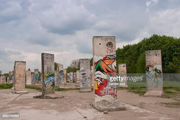 Auf einem Gelände an der Straße Zeppelinufer in Teltow am ehemaligen Grenzstreifen der Berliner Mauer am Teltowkanal stehen originale Segmente der...