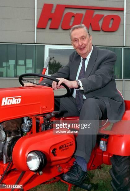 """Auf einem """"Hakstrac T8"""", einem Minitraktor aus dem Jahr 1962, sitzt der langjährige Präsident des Bundesverbandes der Deutschen Industrie , Tyll..."""
