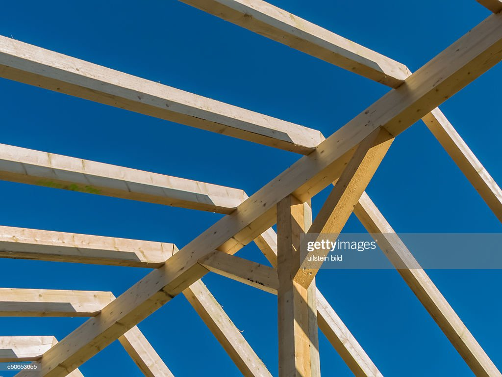 auf einem haus wird auf einer baustelle ein neues dach gebaut tr ger news photo getty images. Black Bedroom Furniture Sets. Home Design Ideas