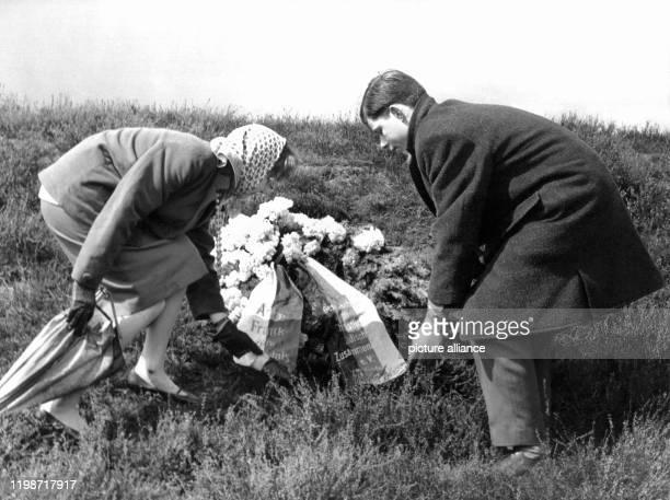 Auf einem Hügel unter dem sich eine Massengrab befindet legen Jugendliche einen Kranz für die in dem Konzentrationslager ermordete Anne Frank nieder...