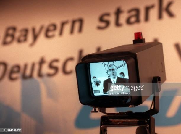 Auf einem Monitor ist der CSU-Parteivorsitzende Theo Waigel am beim Parteitag in München zu sehen. Der Bundesfinanzminister erhielt bei seiner...