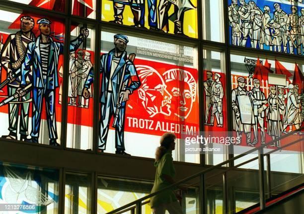 Auf einem Mosaikfenster im Foyer des ehemaligen DDRStaatsratsgebäudes in Berlin sind am 2181997 im Gegenlicht die Porträts von Karl Liebknecht und...