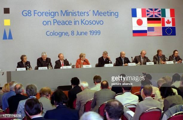 Auf einer gemeinsamen Pressekonferenz erläutern die Außenminister der G8-Staaten am 8.6.1999 in Köln den Textentwurf für eine Kosovo-Resolution des...