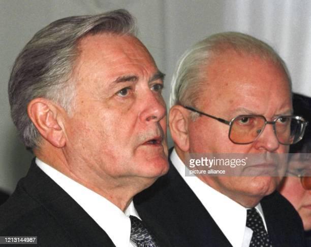 Auf einer gemeinsamen Pressekonferenz nehmen der litauische Präsident Valdas Adamkus und Bundespräsident Roman Herzog am 18.5.1999 in Wilna Stellung...