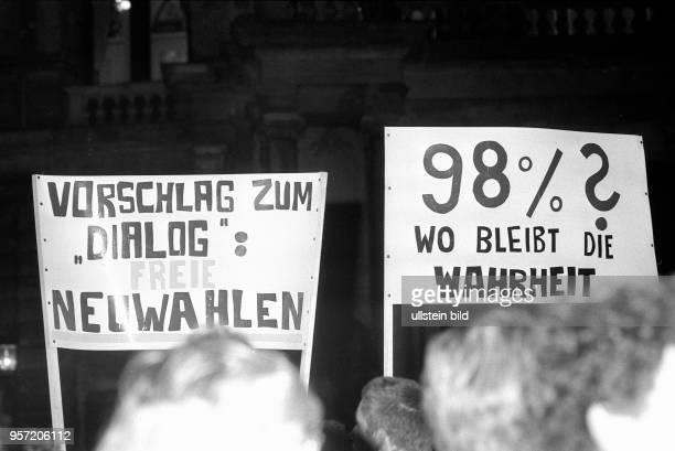 4e60602b891 Auf einer Montagsdemonstration zur Wende tragen am in Dresden Demonstranten  Plakate mit den Aufschriften Vorschlag zum