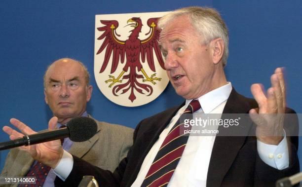 Auf einer Pressekonferenz in Potsdam stellen der brandenburgische Ministerpräsident Manfred Stolpe und Brandenburgs Innenminister Jörg Schönbohm am...