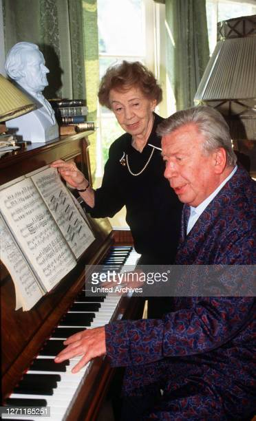 Auf gute Nachbarschaft BRD 1996 / Stefan Lukschy Johanna Schubert will es noch einmal wissen: Genervt von der Bevormundung durch ihre Familie, hat...