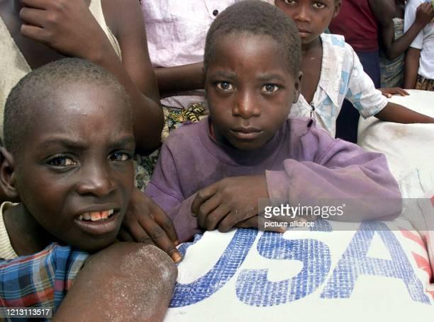 Auf Säcke mit Reis und Maismehl der amerikanischen Hilfsorganisation USAID lehnen sich zwei Jungen am 732000 in einer durch die Sturm und...