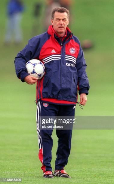 Bayern Münchens Trainer Ottmar Hitzfeld leitet mit einem Ball unter dem Arm am 1941999 auf vereinseigenem Gelände das Training seiner Mannschaft die...