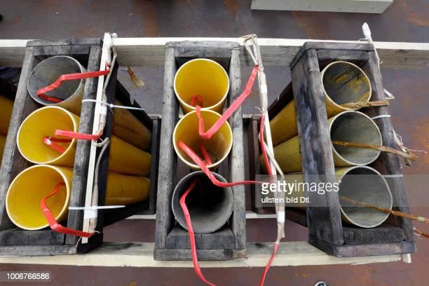 Aufbau des Feuerwerk im Vorfeld Kölner Lichter 2017 auf dem Schiff 'Colombia' aus Antwerpen Der Pyrotechniker Georg Alef und sein fünfzig Mann...