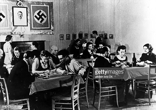 Aufenthaltsraum in einem OstarbeiterLager für Ehepaare 1944