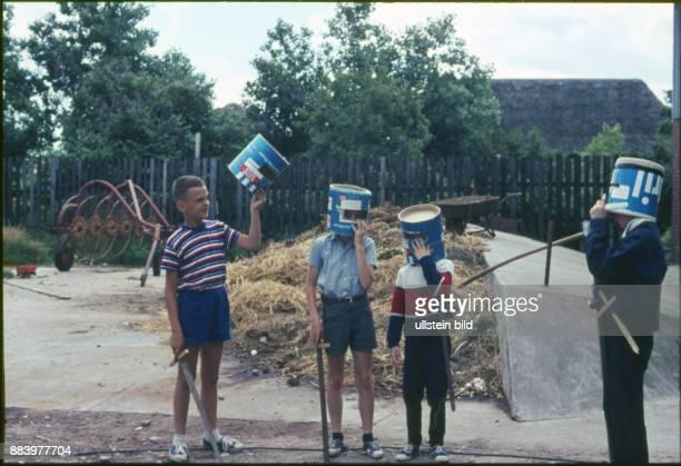 GER Aufnahme ca 1950 Kinder auf einem Bauernhof spielen Ritter mit Holzschwertern und Eimern