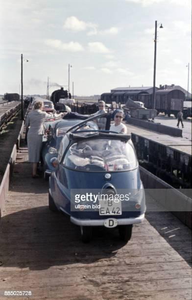 GER Aufnahme ca 1960 Oldtimer BMW Isetta auf dem Autozug nach Sylt