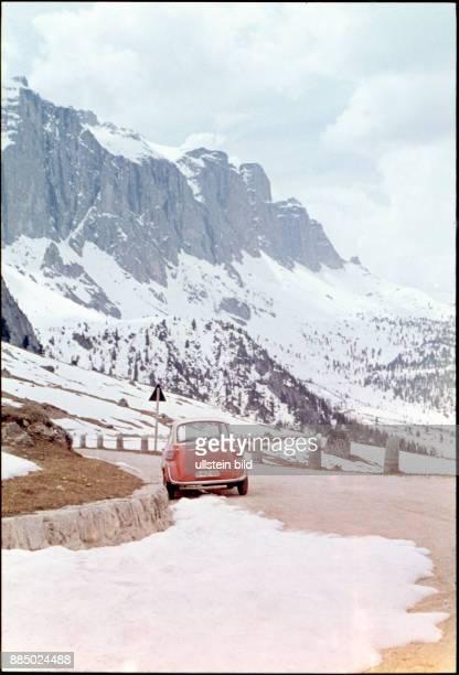 GER Aufnahme ca 1960 Oldtimer im Schnee BMW Isetta in den Bergen