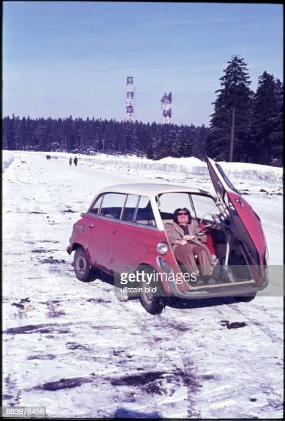 GER Aufnahme ca 1960 Oldtimer im Schnee BMW Isetta