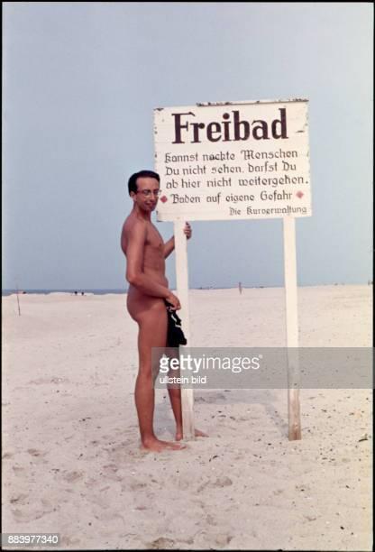 Aufnahme ca 1964 Sommerurlaub an der Nordsee Sylt Mann am Nacktbadestrand Freibad Warnhinweis am FKK Strand kannst nackte Menschen Du nicht sehen...