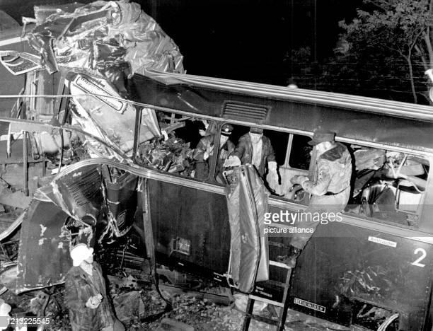 Aufräumarbeiten an der Unglücksstelle Bei dem bisher schwersten Bahnunglück der Nachkriegszeit in der Bundesrepublik sind 41 Schüler und fünf...
